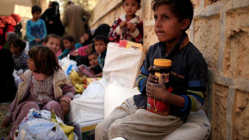 Un colegio que reparte comida a los más pequeños