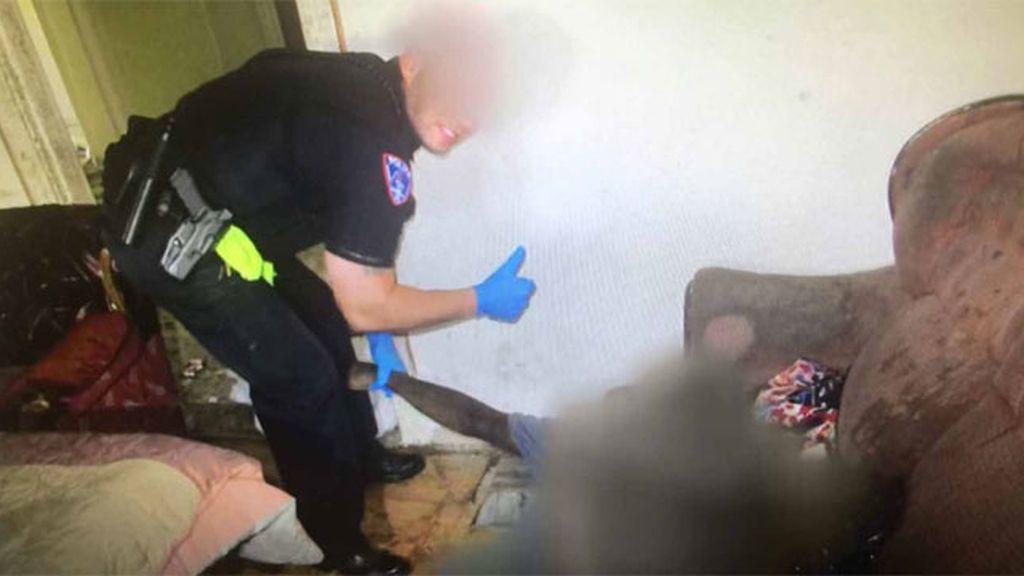 Una madre pide explicaciones por la foto de un policía posando sonriente con su hijo muerto