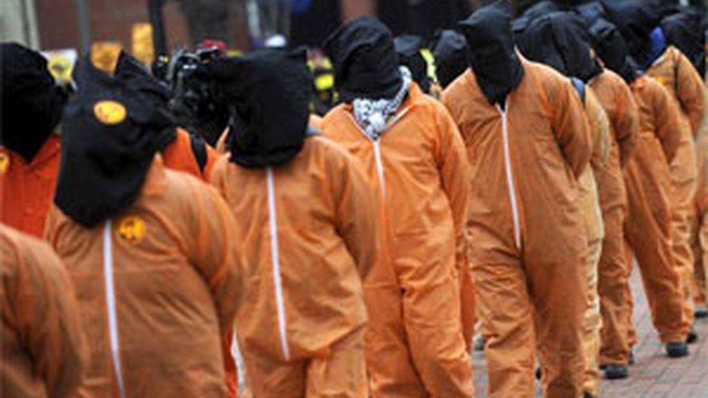 Unos activistas vestidos como presos de Guantánamo, marchan hacia la Casa Blanca en Washington. Foto: EFE