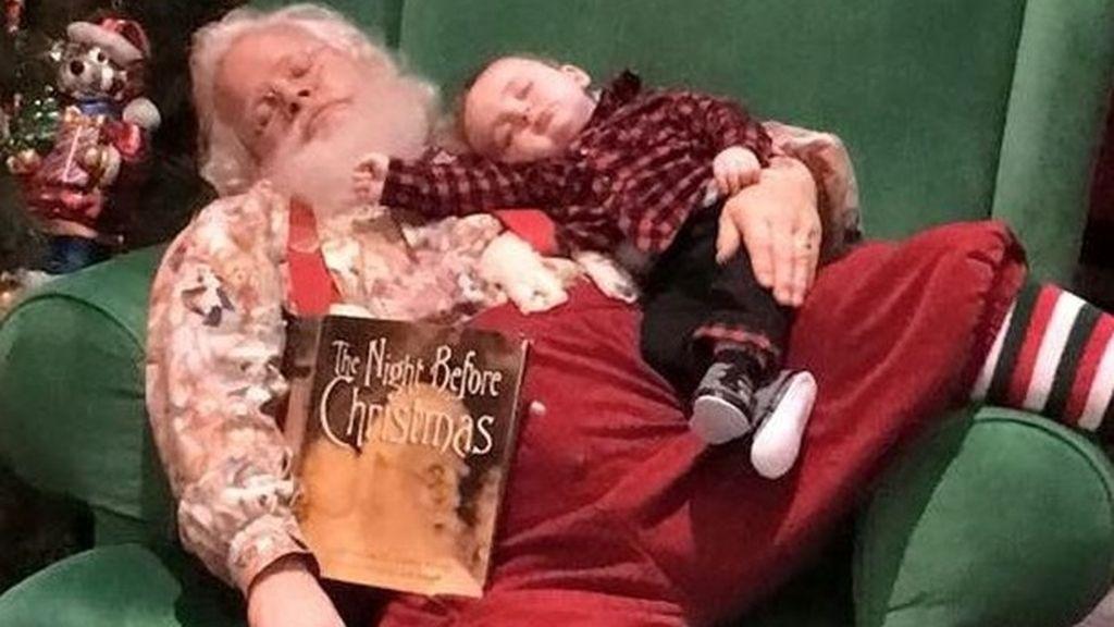 La tierna imagen del bebé que se quedó dormido esperando a Papá Noel