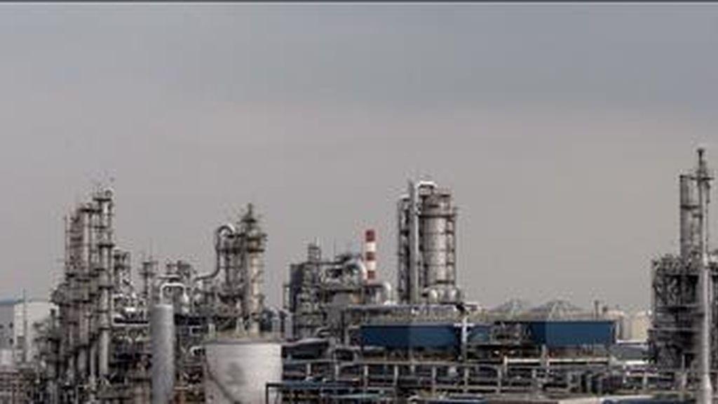 En la imagen, una planta de refinería de petróleo en la Isla Jurong en Singapur. EFE/Archivo