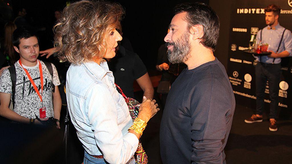 Naty Abascal fue la primera en felicitar a Juanjo Oliva tras su desfile