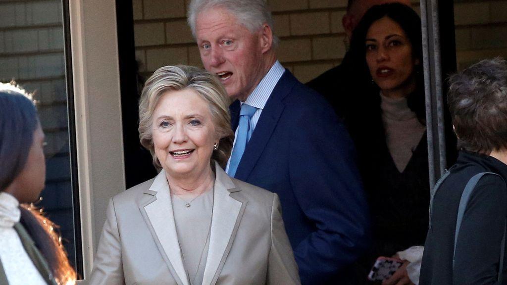 Hillary Clinton y su esposo, el expresidente Bill Clinton, salen después de votar