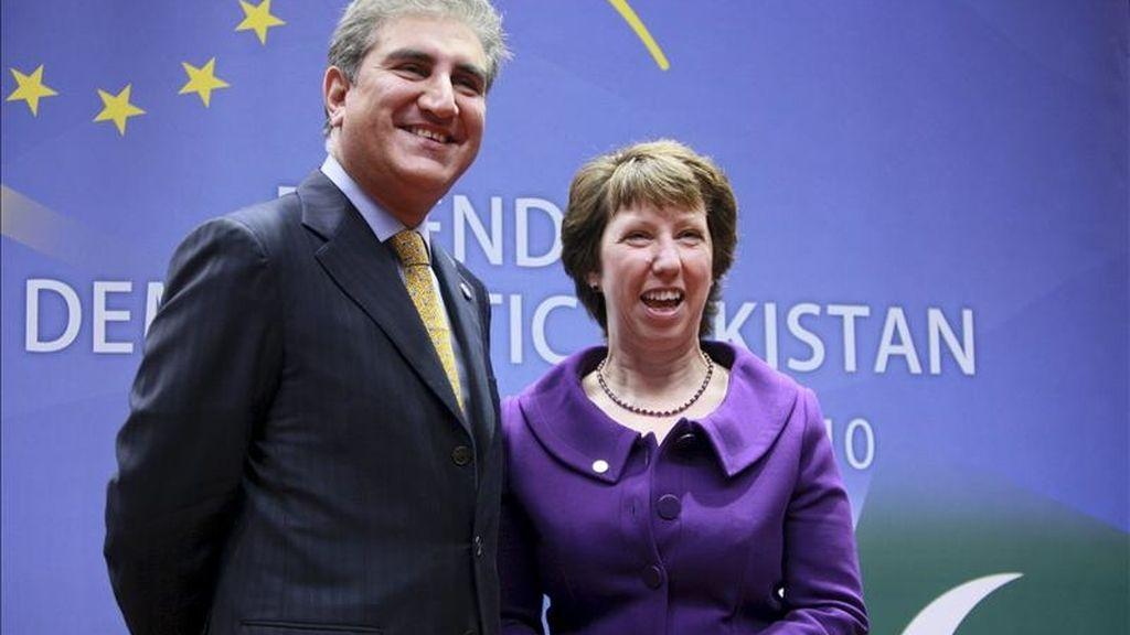 La alta representante de la UE, Catherine Ashton, conversa con el ministro paquistaní de Exteriores, Shah Mehmud Qureshi, al inicio de la tercera reunión ministerial del Grupo de países amigos de Pakistán, celebra en octubre de 2010. EFE/Archivo