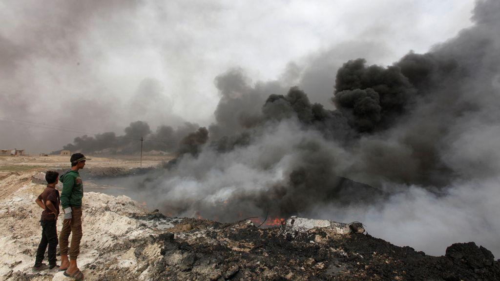 El humo negro se cierne sobre Mosul