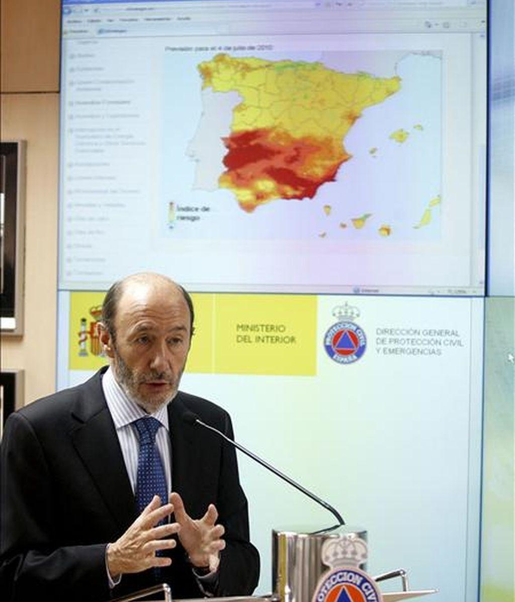 El ministro del Interior, Alfredo Pérez Rubalcaba, presenta la Campaña de Verano 2010 de la Operación Paso del Estrecho y de prevención y lucha contra los incendios forestales. EFE