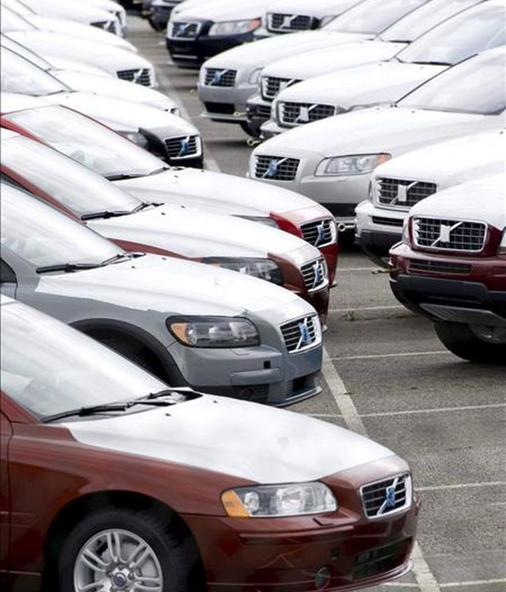Varios coches permanecen en la factoría Torslanda del fabricante sueco de automóviles Volvo en Gothenburg, Suecia. EFE/Archivo