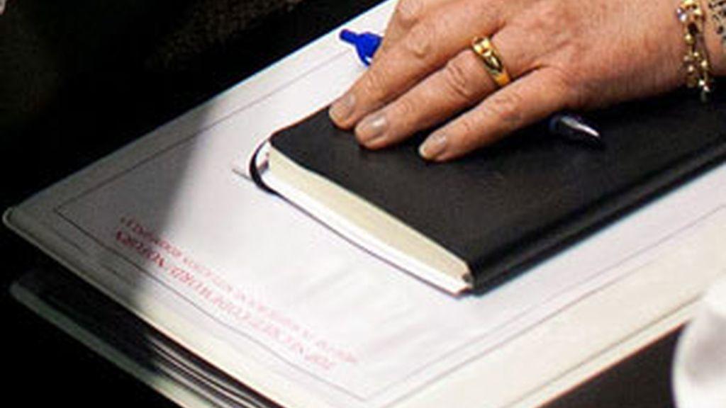 Hillary Clinton tiene en sus manos una carpeta con documentación en la que se puede leer 'Top Secret'. Foto: GTres