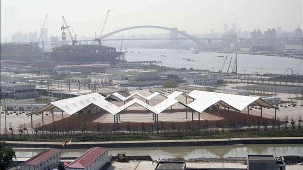 Vista de las obras de la Expo 2010, con el Centro de Actuaciones (fondo, izquierda) junto a la silueta del Gran Puente Lupu, a orillas del río Huangpu. EFE