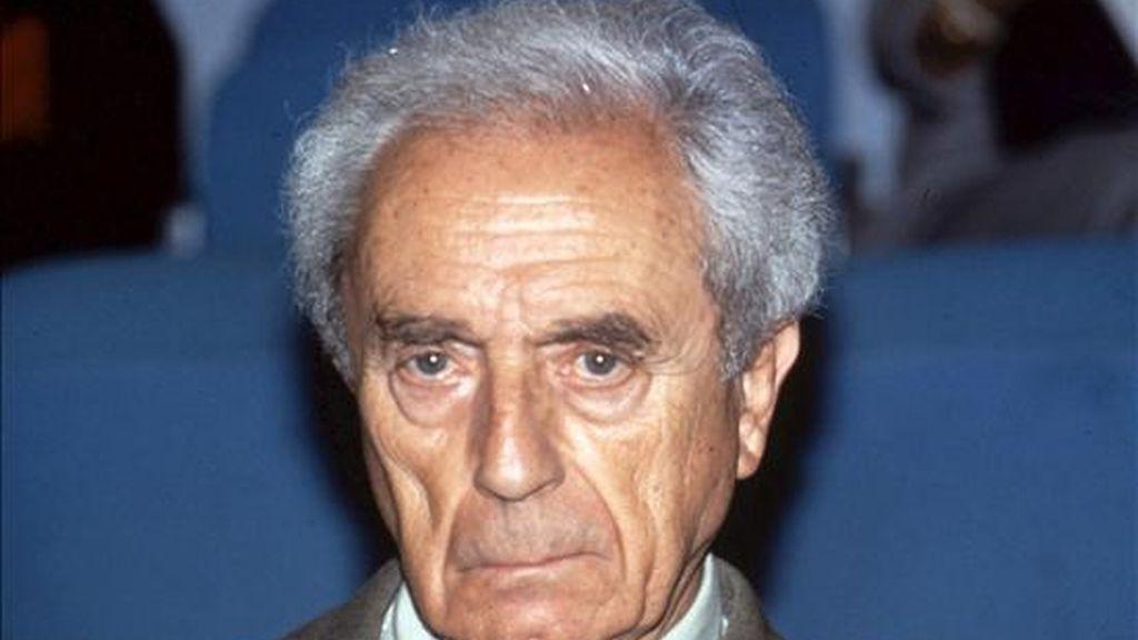 """Fotografía de archivo sin fechar del director de cine italiano Michelangelo Antonioni. Un fotograma de Antonioni, muy conocido por sus películas """"Blow-Up"""" y """"L'Avventura"""", será portada en los carteles del Festival de cine de Cannes (Francia). EFE/Archivo"""
