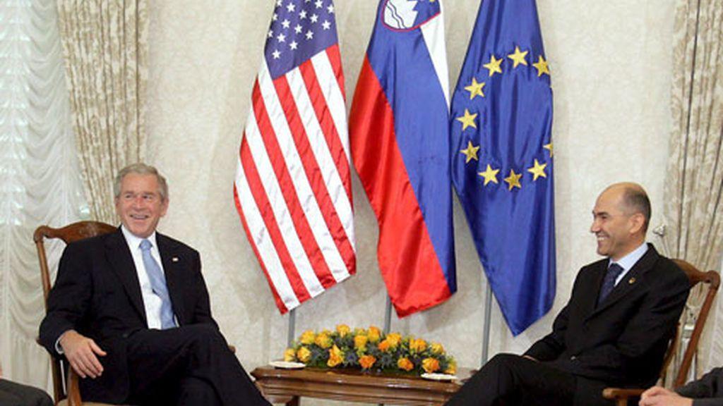 El presidente de Estados Unidos George W. Bush (2i); comparte con el primer ministro de Eslovenia y presidente de turno del Consejo de la UE, Janez Jansa (2d) en la Cumbre conjunta que tiene lugar en ese país.