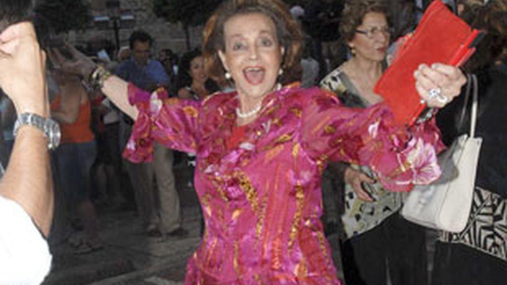 Carmen Sevilla, en Marbella, junto a la multitud que intentó ver a Michelle Obama. Foto: GTRES