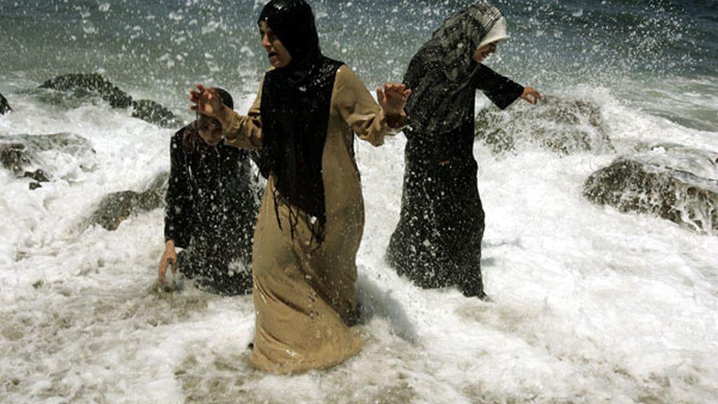 Mujeres se refrescan en las aguas de Argelia