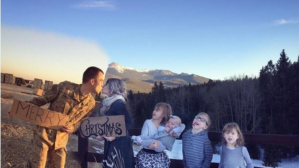 Una creativa esposa se las ingenia para incluir a su marido militar en la postal de Navidad