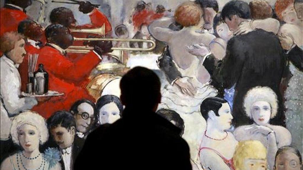 Un hombre observa una de las obras del pintor Josep Mompou que se exhiben desde hoy en La Pedrera. EFE