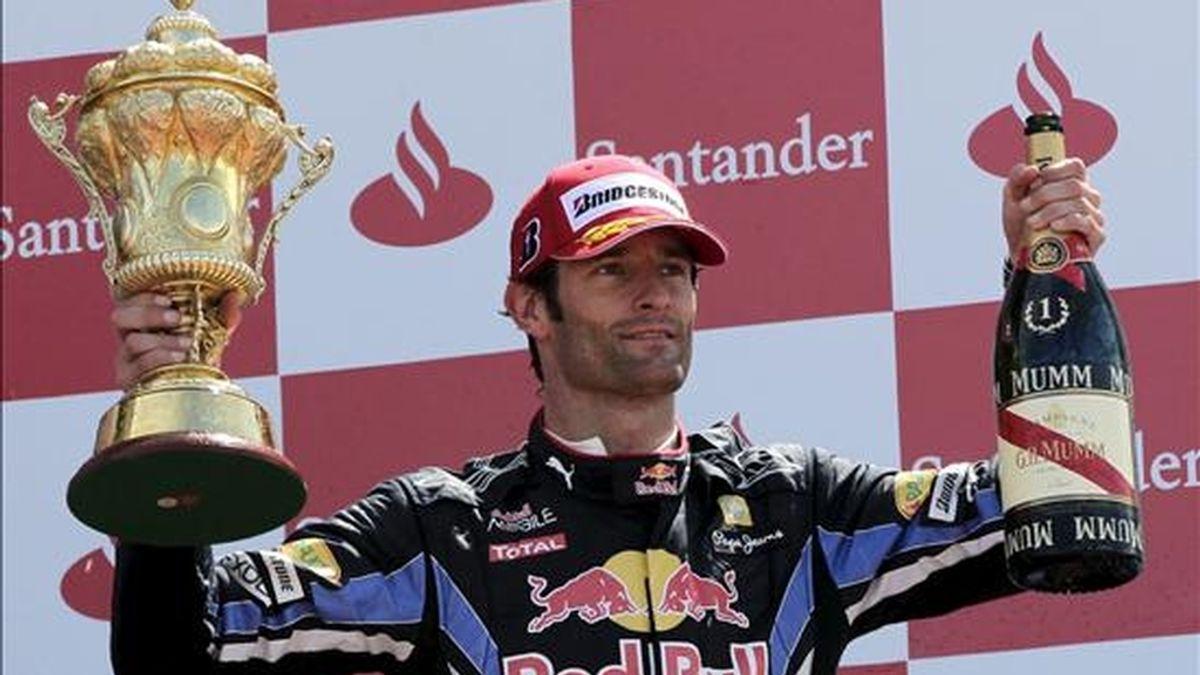 El piloto australiano de Fórmula Uno Mark Webber, de Red Bull, celebra su triunfo en el Gran Premio de Gran Bretaña en el circuito de Silverstone en Northamptonshire, Reino Unido, hoy, domingo, 11 de julio de 2010. EFE