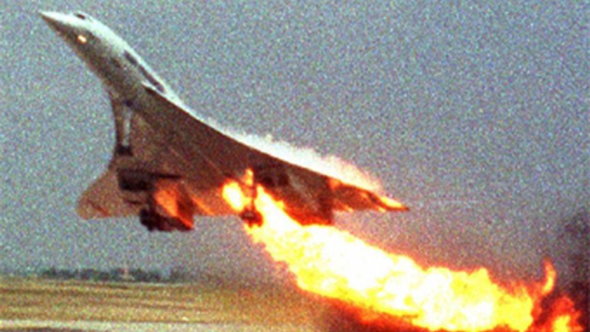 Momento en el que uno de los motores del Concorde se incendiaba y poco después se estrellaba durante la maniobra de despegue. Vídeo: Informativos Telecinco