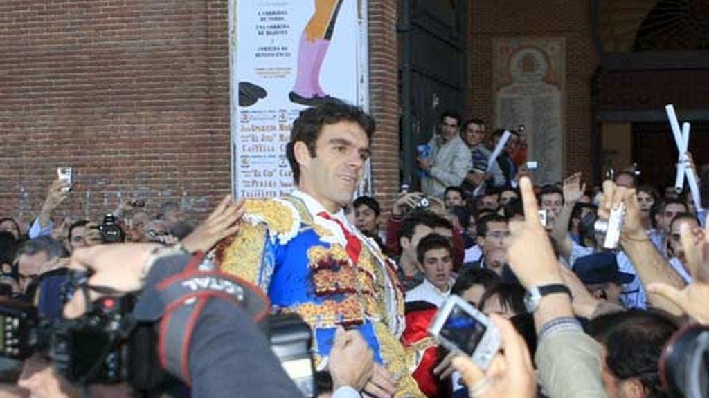 El diestro José Tomás es sacado a hombros en el día de su reaparición en Las Ventas. Foto: EFE