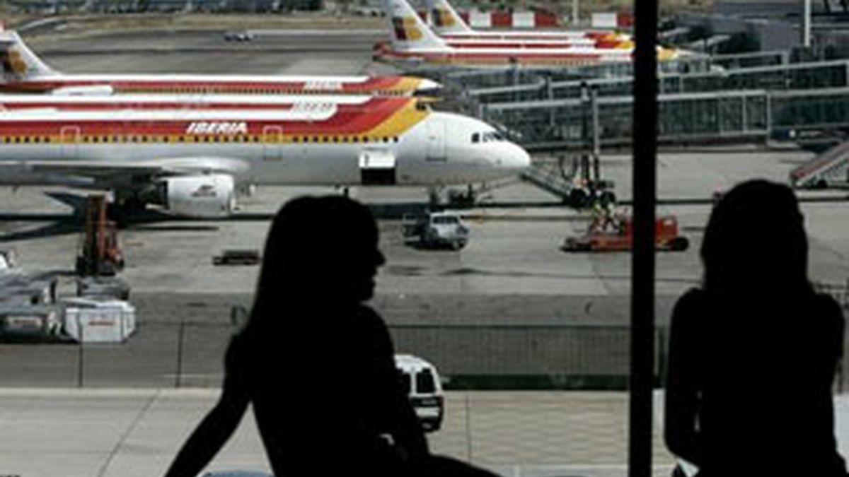 Varios aviones de Iberia permanecen estacionados en la T-4 del aeropuerto de Madrid-Barajas. Foto: EFE.
