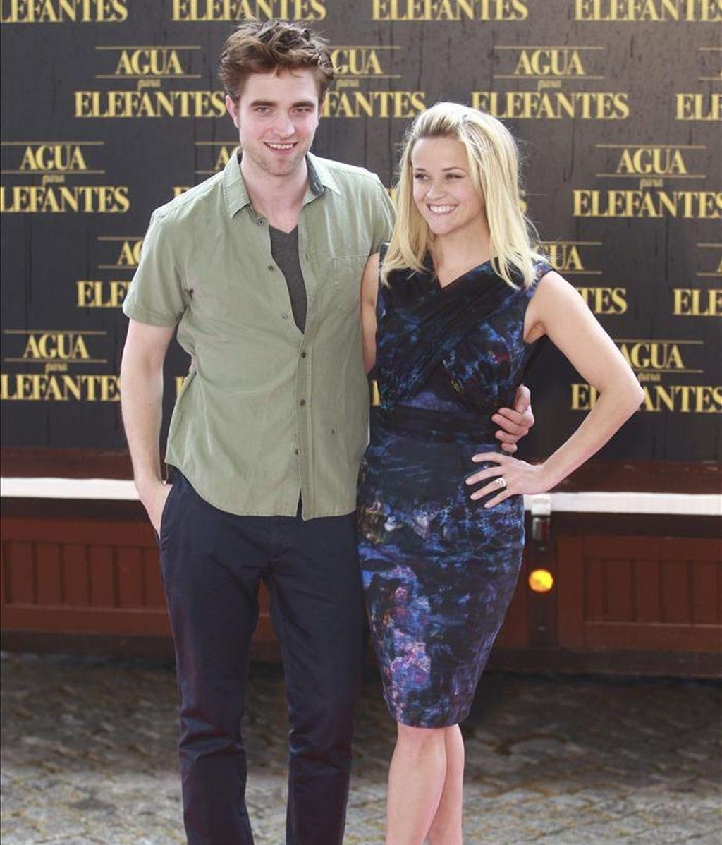 """El actor norteamericano Robert Pattinson, una de las caras más populares de Hollywood tras su participación en la saga """"Crepúsculo"""", acompañado de la actriz Reese Witherspoon, posan para los medios durante la presentación en Barcelona de la película, """"Agua para elefantes"""". EFE"""