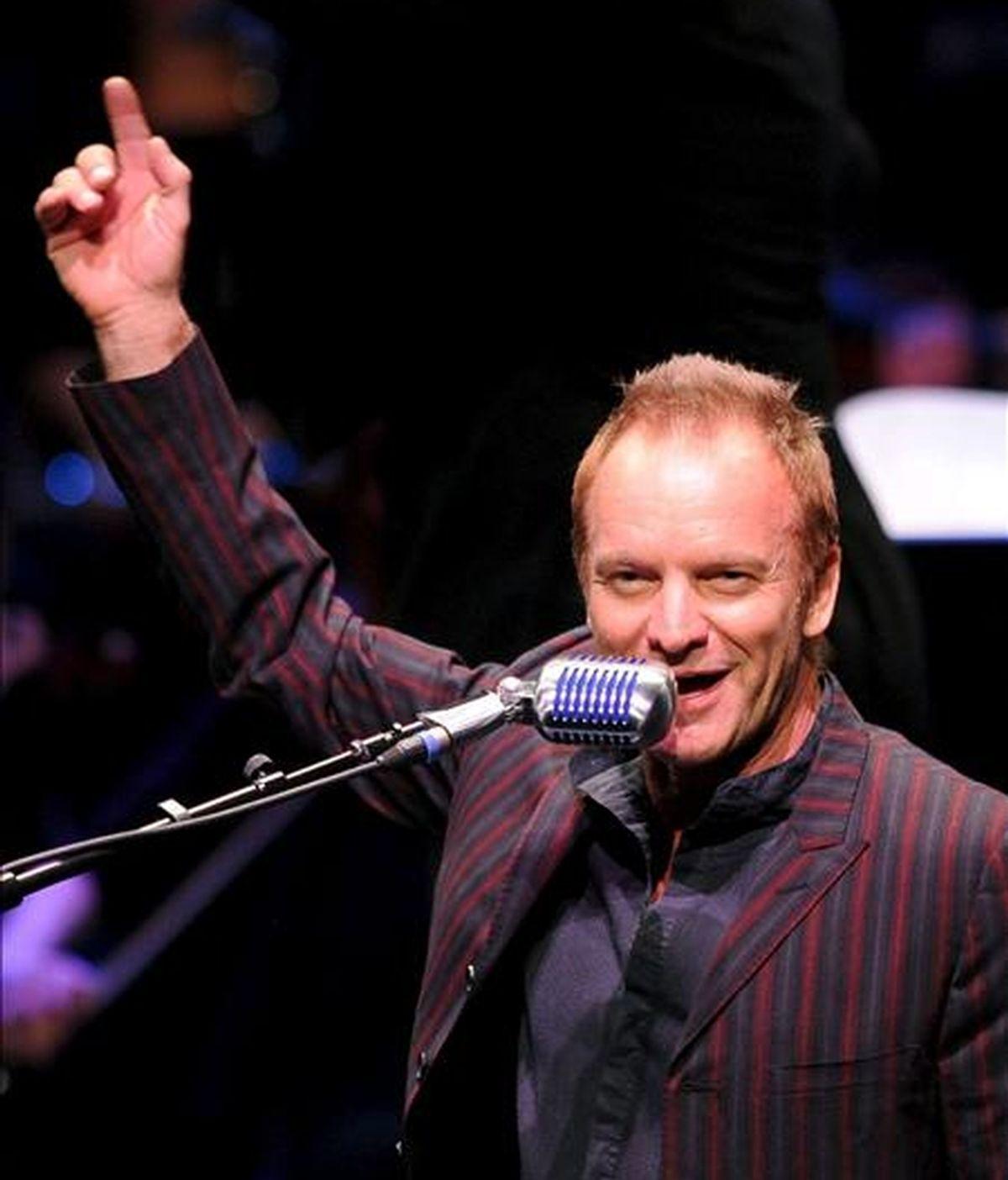 El cantante británico Sting interpreta una canción junto a la Joven Orquesta de Alemania durante un concierto ofrecido en Wolfsburgo (Alemania). EFE/Archivo