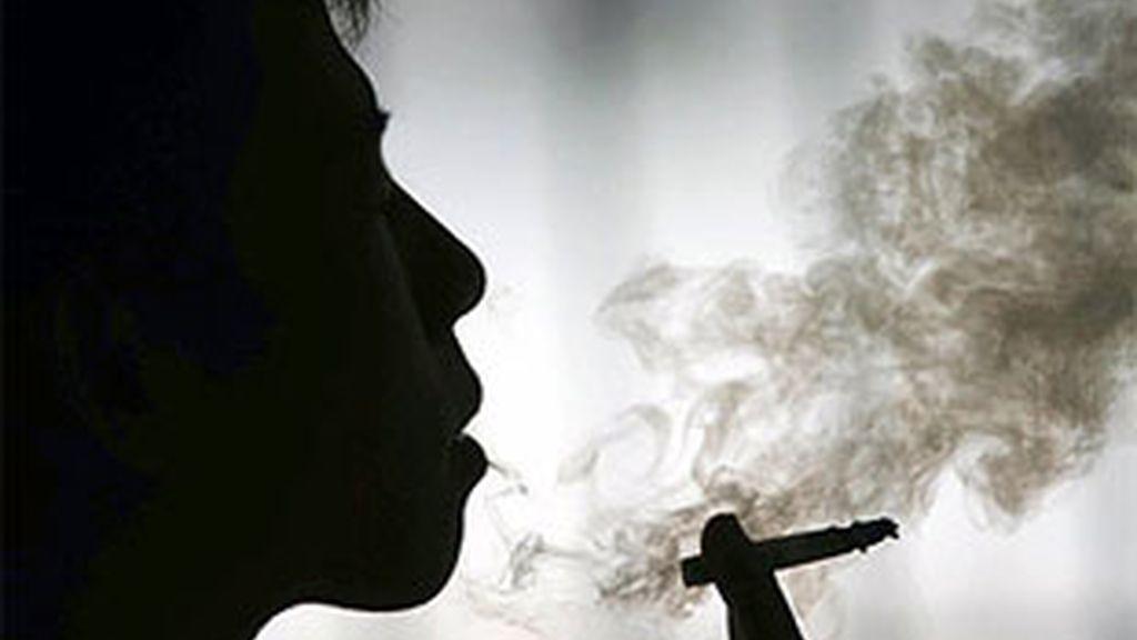 Los médicos británicos piden que se prohiba fumar en los automóviles.
