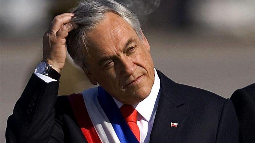 El nivel de aprobación es el más bajo que recibe Sebastián Piñera desde que llegó a la presidencia de Chile, en marzo del año pasado, y es la primera vez que el rechazo a su gestión supera el nivel de popularidad, precisaron los responsables de la encuesta. EFET/Archivo