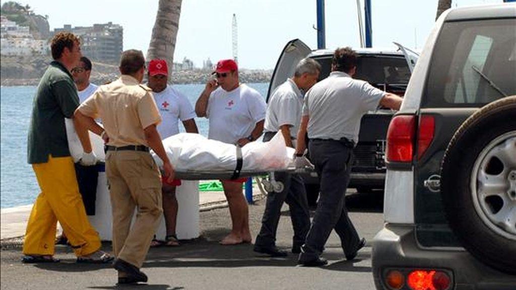 Varios hombres trasladan a una persona en una camilla. EFE/Archivo