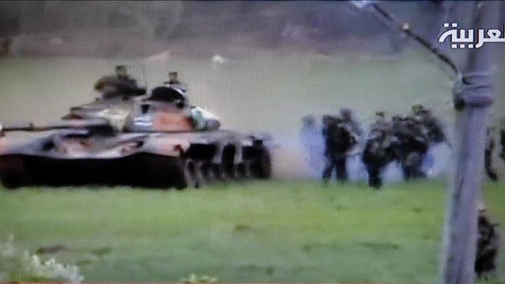 Imagen de televisión emitida por el canal Al Arabiya y capturada hoy que muestra un tanque del ejército sirio y soldados llegando a la ciudad de Deraa, Siria. EFE/AL ARABIYA