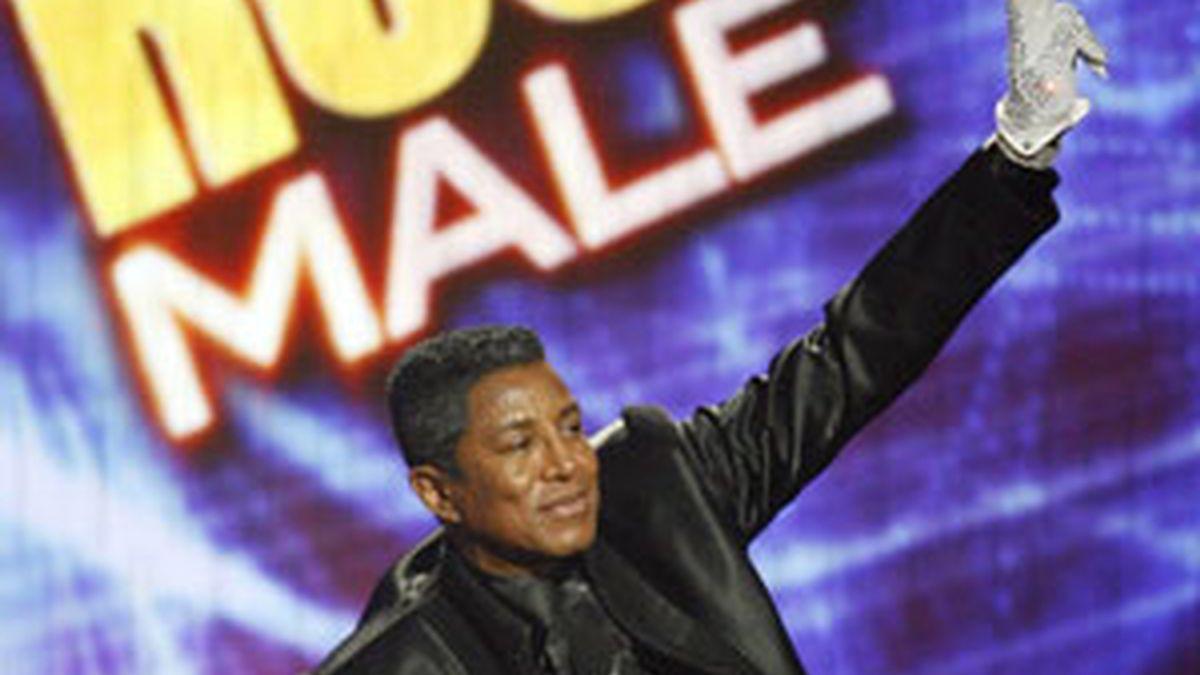 Jermaine Jackson recoge uno de los premios de su hermano. Foto: Reuters