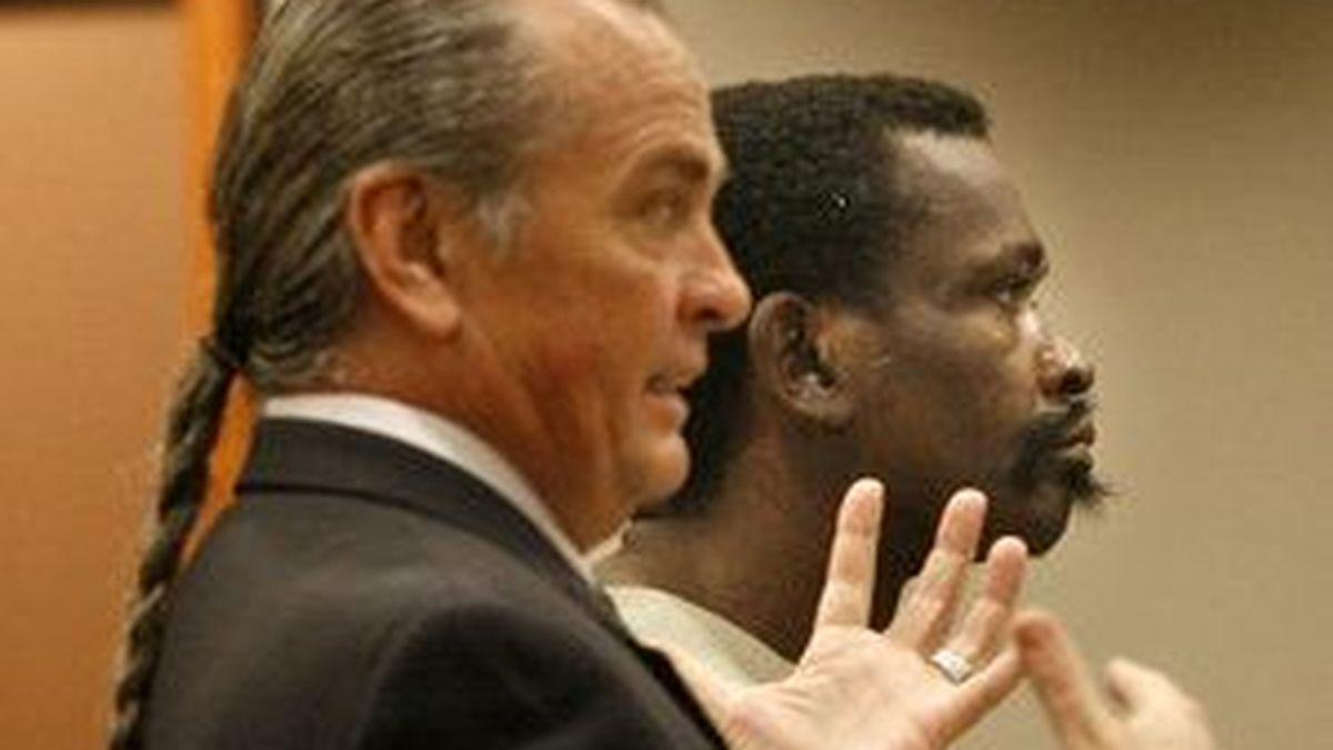 Rodell Vereen (izq) junto a su abogado Ed Chrisco en la corte de Horry que lo condenó a tres años de cárcel por zoofilia. Foto TheSunnews.com