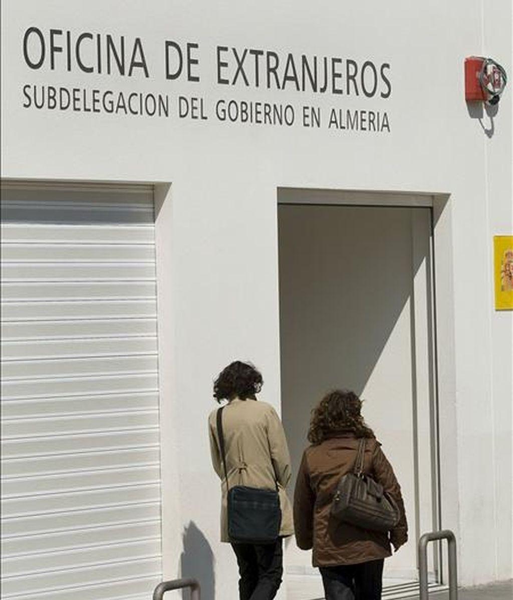Fachada de la oficina de extranjeria de Almería. EFE/Archivo