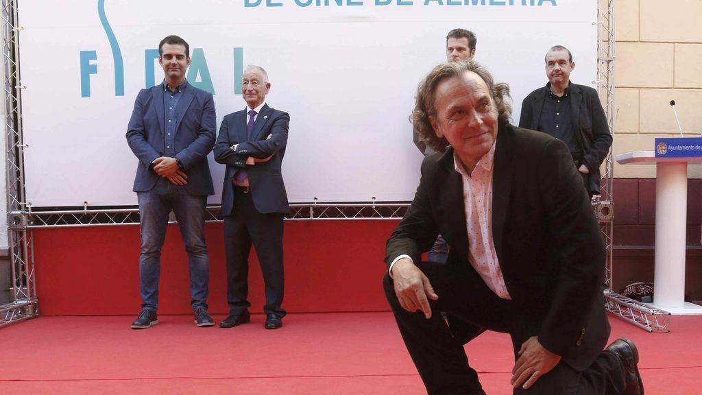 El actor José Coronado ha descubierto esta mañana una estrella con su nombre en el conocido como Paseo de la Fama de Almería, donde ha recibido un homenaje durante el Festival Internacional de Cine de la ciudad