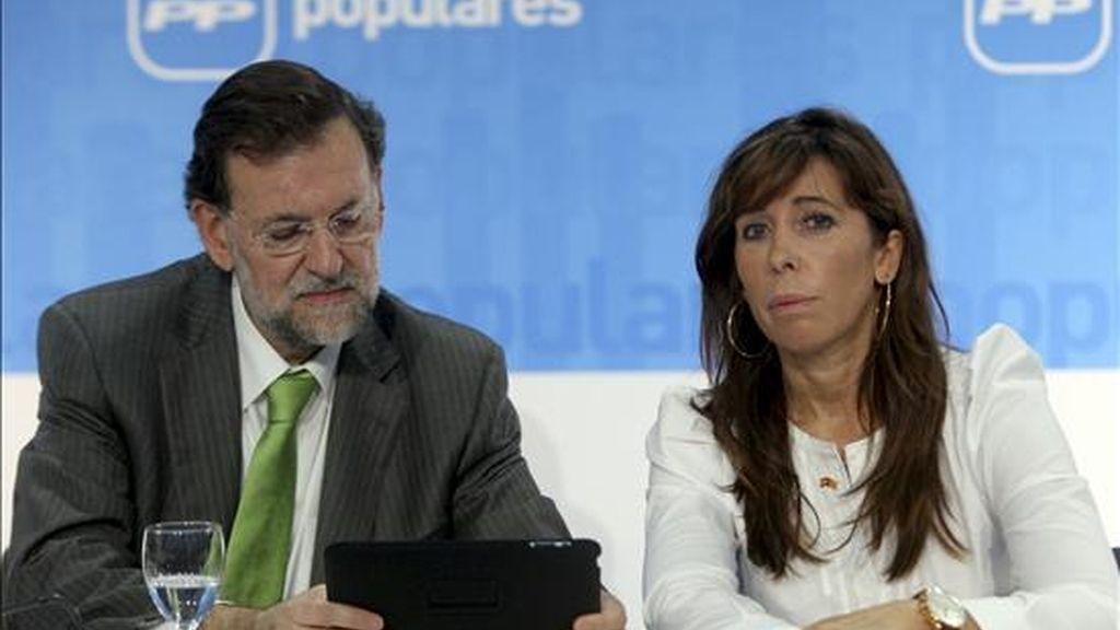 El líder del Partido Popular (PP), Mariano Rajoy, acompañado de la presidenta en Cataluña, Alicia Sánchez Camacho, durante la reunión que mantienen hoy la ejecutiva nacional en un hotel de Barcelona para tratar de la actualidad política española y apoyar a la candidata de los populares a la presidencia de la Generalita. EFE