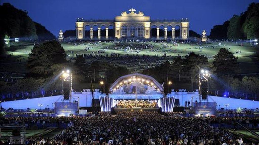 Vista general del Parque Schoenbrunn y la Glorieta durante el Concierto del Festival Summernight de la Orquesta Filarmónica de Viena en el Parque Schoenbrunn de Viena, dirigido por Daniel Barenboim. EFE