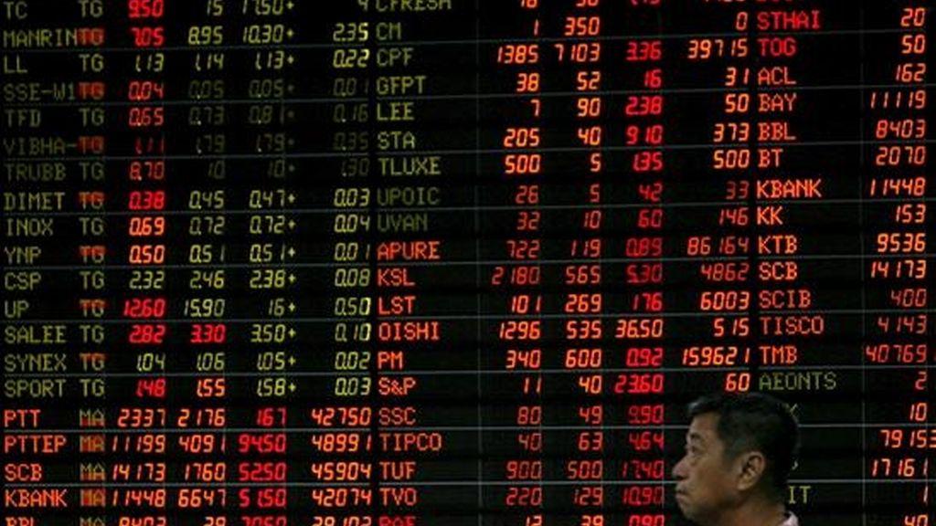 Un inversionista observa un panel electrónico con datos bursátiles en la Bolsa de Bangkok. EFE/ARCHIVO