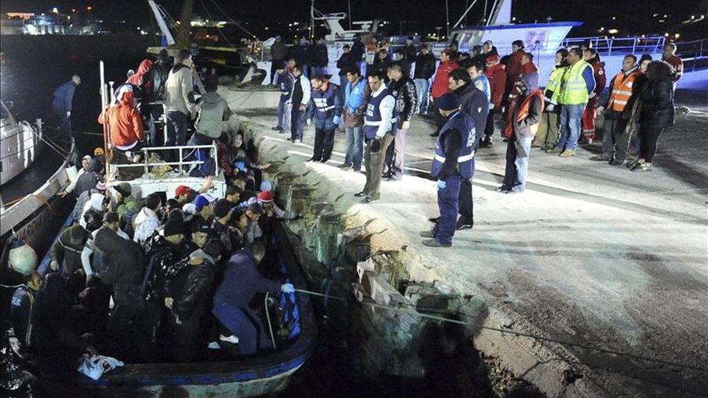 Un barco con inmigrantes arriba a la isla italiana de Lampedusa, durante la madrugada del 6 de abril. EFE/Archivo
