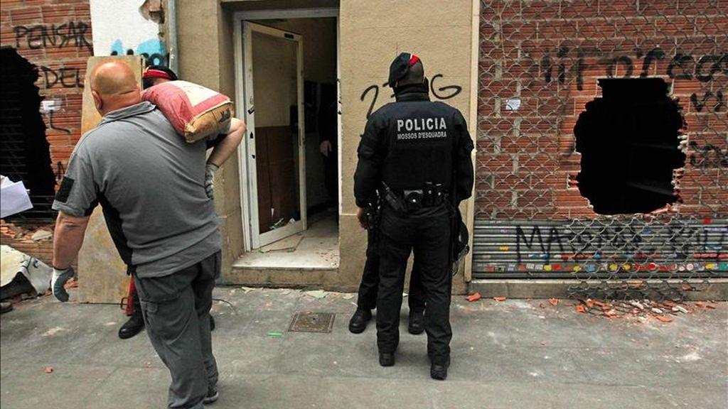 Los Mossos d'Esquadra han detenido a dos personas por resistencia a la autoridad durante el desalojo esta mañana de un edificio ocupado situado en el número 143 de la calle Creu Coberta del barrio de Sants de Barcelona. EFE