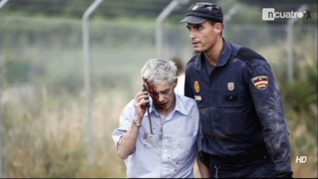 Acompañado por un agente de policía, hablando por el móvil y con la cara ensangrentada, el maquinista Francisco José Garzón