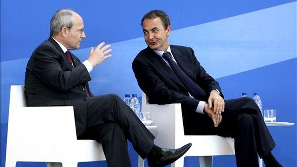 El presidente del Gobierno, Jose Luis Rodríguez Zapatero (d), conversa con el presidente de la Generalitat, José Montilla (i), durante el acto de inauguración de la nueva terminal T1 del aeropuerto de Barcelona que se ha llevado a cabo esta mañana. EFE