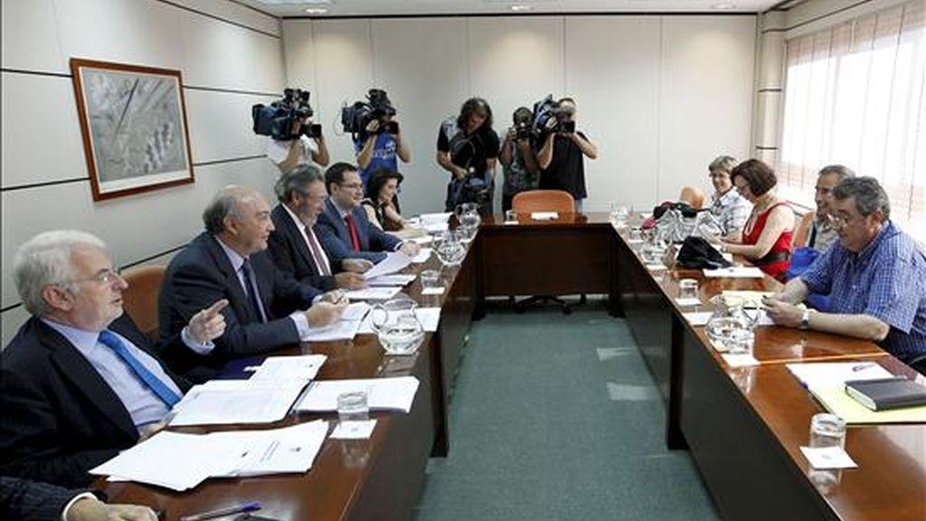 Representantes de la CEOE y de los sindicatos UGT y CCOO, al inicio de la primera reunión sobre la reforma de la negociación colectiva, hoy en Madrid. EFE