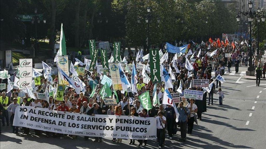 Cientos de personas durante una manifestación de sindicatos minoritarios contra las medidas de ajuste del gobierno. EFE/Archivo
