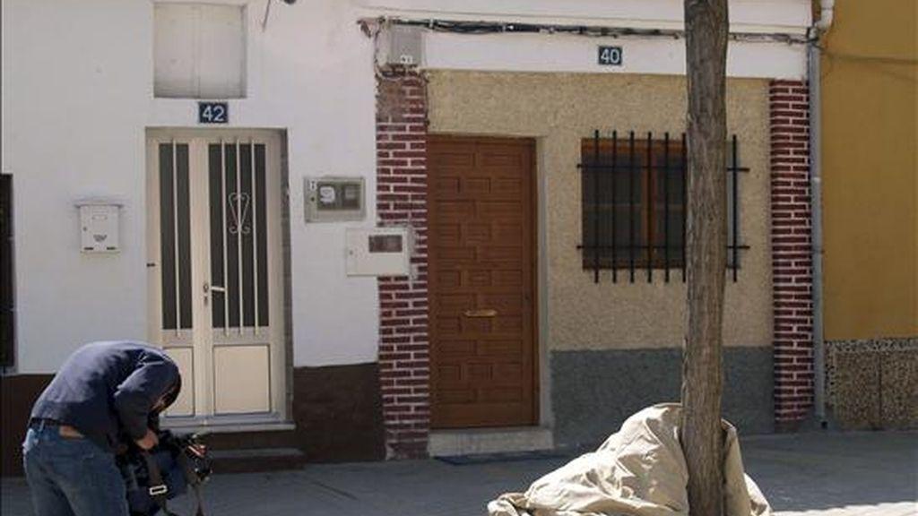Un cámara de televisión captura imágenes del exterior de la viviendade la localidad vallisoletana de Nava del Rey donde residía el matrimonio rumano detenido como supuestos responsables de la compraventa de un bebé por 2.000 euros. EFE