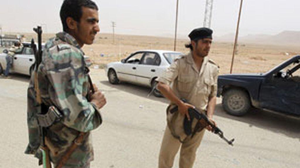 Rebeldes libios vigilan en el punto fronterizo con Túnez de Wazin, en Libia. Foto: EFE.