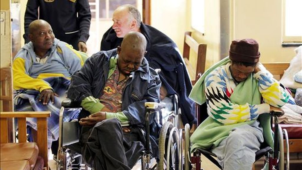 Varias personas mayoras esperan en una sala de espera de una institución pública después de que el fuego arrasara hoy el hogar de ancianos donde residían. Más de 80 personas han perdido todas sus posesiones en una noche en la que el fuego ha quemado su hogar. EFE