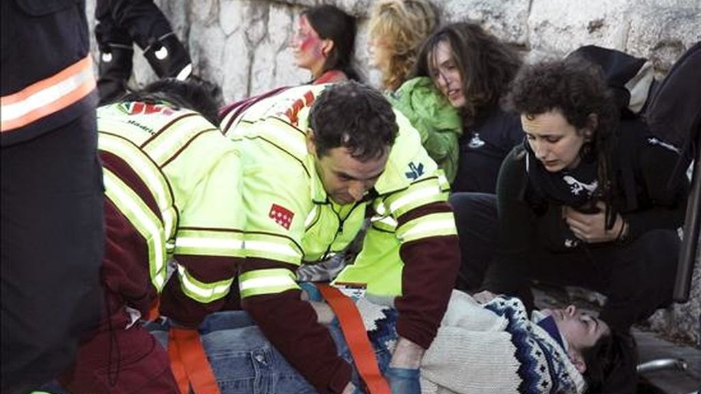 En la imagen, simulacro de accidente de profesionales del Servicio de Urgencia Médica de Madrid SUMMA 112. EFE/Archivo