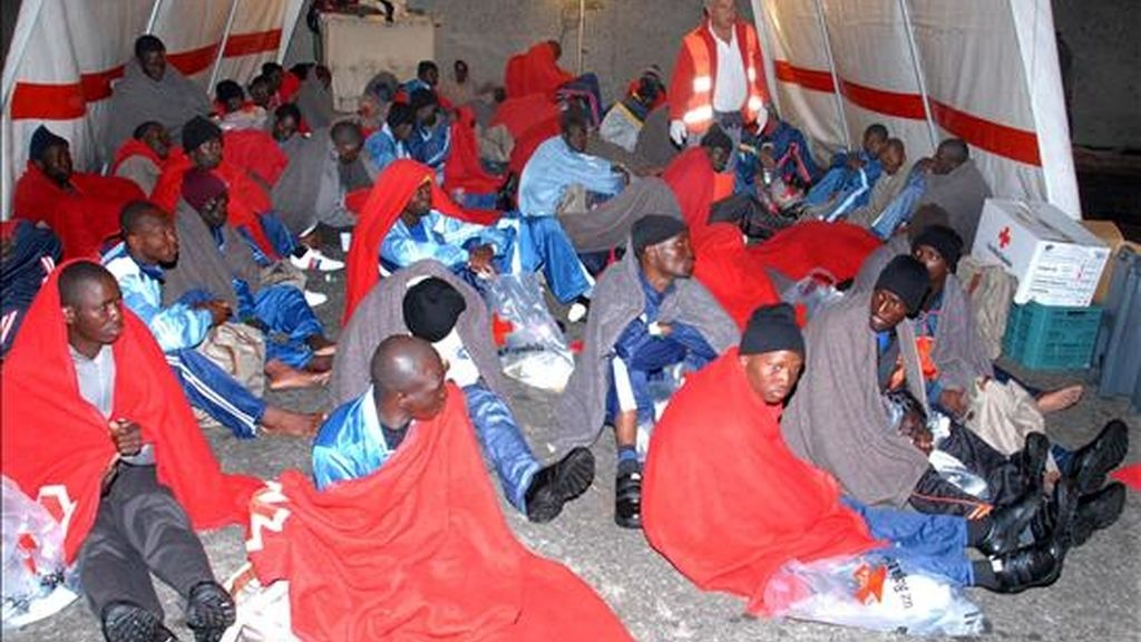 Imagen de algunos de los 77 inmigrantes subsaharianos, que viajaban en un cayuco localizado anoche a 60 millas al sur de Gran Canaria, en el que también fueron encontrados tres cadaveres. Al menos 10 de los ocupantes eran menores que  llevaban navegando entre ocho y 10 días. EFE