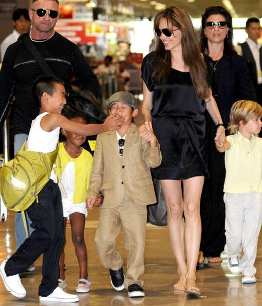 Angelina Jolie y sus hijos llegan a Japón