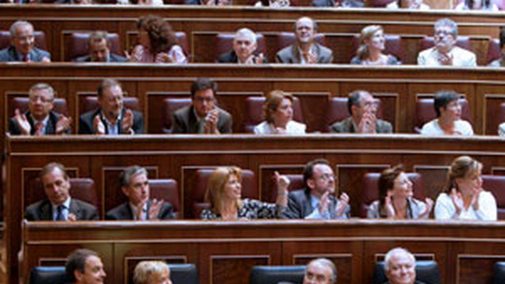 La bancada socialista tras aprobarse al ratificación del Tratado de Lisboa en el Congreso. FOTO: EFE