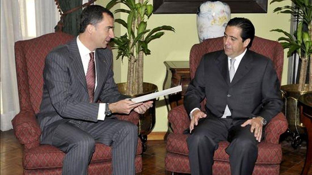 El Príncipe Felipe conversa con el presidente de Panamá, Martín Torrijos, durante la visita que realiza a la casa presidencial, dentro de su viaje a Panamá para participar mañana en los actos de toma de posesión del presidente electo, Ricardo Martinelli. EFE